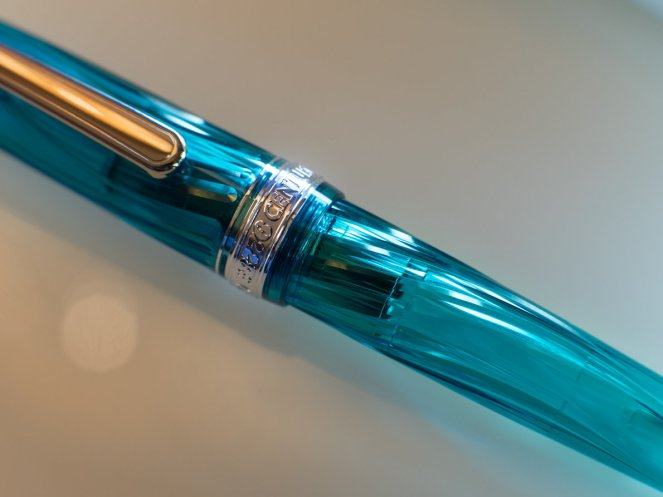 Details of the nib and feed of the Pilot Century 3776 Kumpoo (left) and its standard counterpart (right)